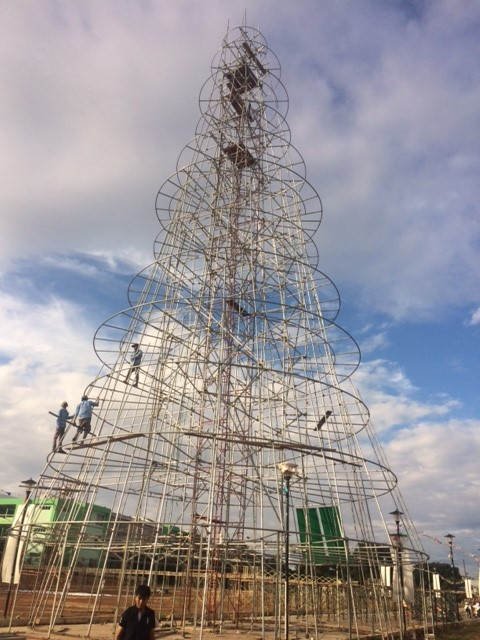 Gấp rút hoàn thiện cây thông Noel lớn nhất Việt Nam. (Ảnh: Bảo Chương/Lao động)