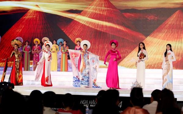 Các thí sinh trình diễn trang phục áo dài trong đêm Chung kết