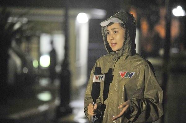 Với mong muốn gửi tới khán giả những cái nhìn toàn diện hơn về sức tàn phá của cơn bão, phóng viên VTV không ngần ngại chuyện săn bão. (Ảnh minh họa)
