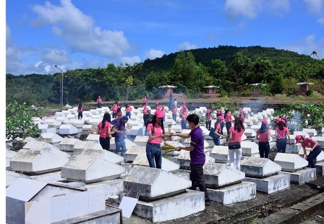 Ngay khi đặt chân tới đảo ngọc, các thí sinh đã nhanh chóng di chuyển về Nghĩa trang Liệt sĩ Phú Quốc