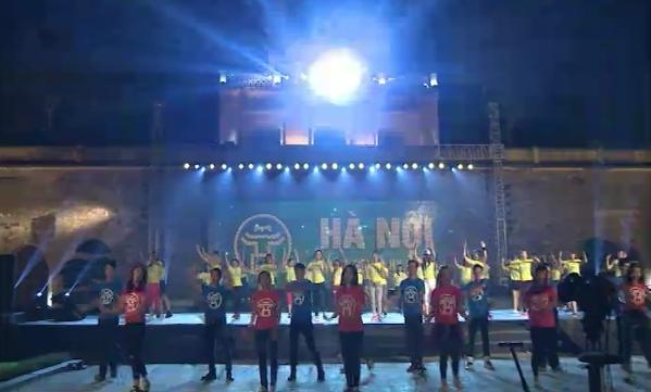 Các bạn sinh viên tập rượt cho tiết mục flashmob trong chương trình