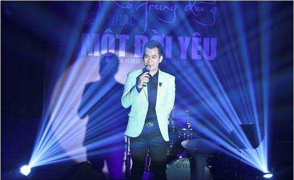 """Hồ Trung Dũng kể câu chuyện bằng âm nhạc trong """"Một đời yêu"""". Têm của đêm nhạc cũng chính là tên album mới phát hành, đánh dấu chặng đường 5 năm theo đuổi con đường ca hát chuyên nghiệp. Trong đó Hồ Trung Dũng hát những ca khúc rất nổi tiếng của hai cố nhạc sỹ Trịnh Công Sơn và Phạm Duy."""