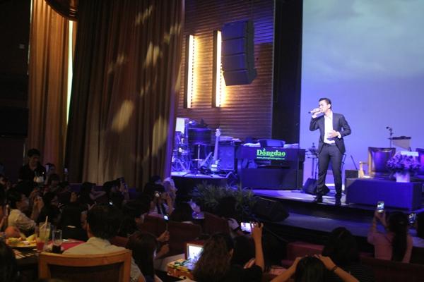 Sau một thời gian phát hành bản audio thì ca khúc Như những phút ban đầu dành được nhiều lời góp ý của khán giả. Vì thế buổi ra mắt MV thu hút khá đông khán giả hâm mộ Hoài Lâm sau nhiều ngày chờ đợi.