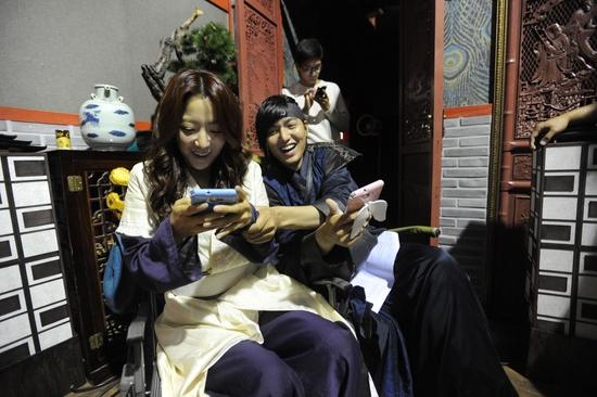 Sau mỗi cảnh quay, cặp đôi với mối tình xuyền thời gian quay lại với hiện tại, cùng nhau chăm chú vào điện thoại di động.