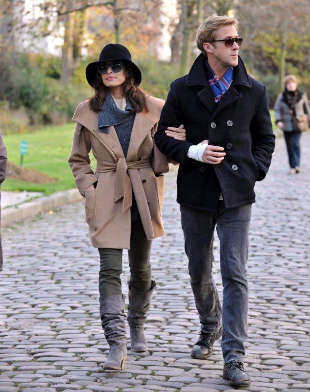 Cặp đôi tay trong tay trong một chuyến du lịch đến Paris