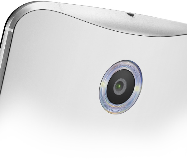 Camera sau trang bị bộ đôi đèn Flash LED được thiết kế bao quanh