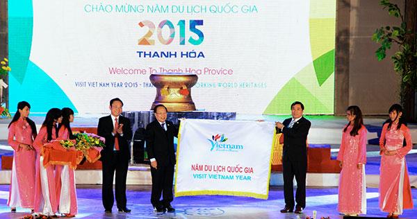 Trao cờ luân lưu tổ chức Năm Du lịch Quốc gia 2015 cho tỉnh Thanh Hóa. (Ảnh: báo Lâm Đồng)
