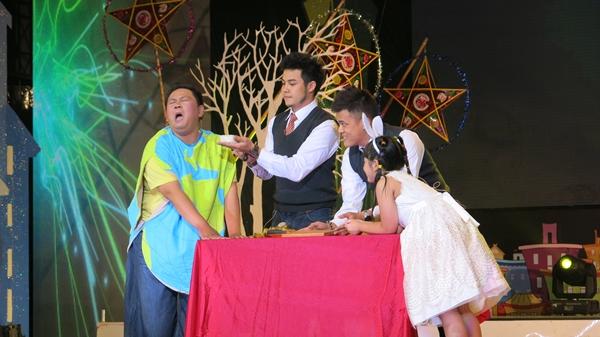Ông Địa Minh béo trong một tiết mục ảo thuật của Lễ hội mặt trăng 2013 (Ảnh: TH/VTV News)