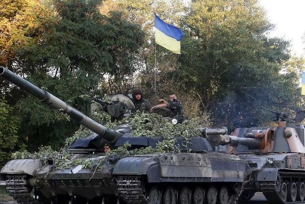 Xe quân sự Ukraine ở gần thành phố Lugansk ngày 20/8. (Ảnh: AFP/TTXVN)