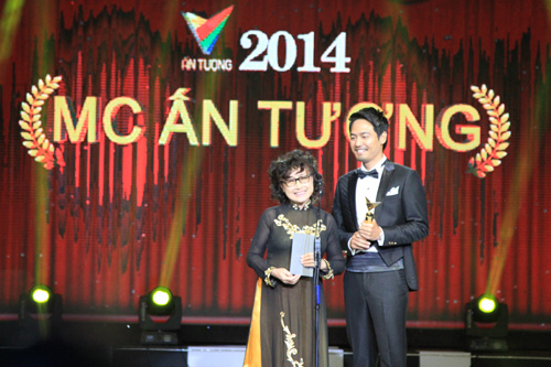 NSƯT Kim Tiến và MC Phan Anh là hai người công bố hạng mục Giải thưởng đầu tiên :MC ấn tượng