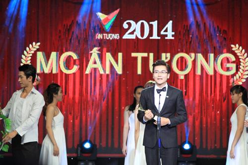 Chàng MC trẻ của VTV6 Phạm Công Tố đã xuất sắc vượt qua đàn anh, đàn chị đến để trở thành người đoạt Giải thưởng MC ấn tượng