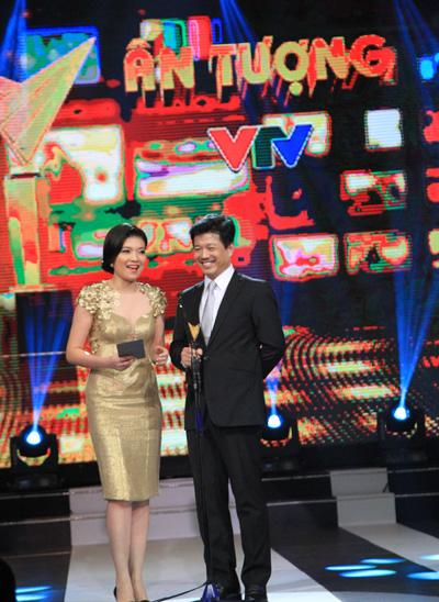 BTV Diệp Anh và Nhà báo Vũ Mạnh Cường bước ra sân khấu để trao giảiBTV lên hình ấn tượng