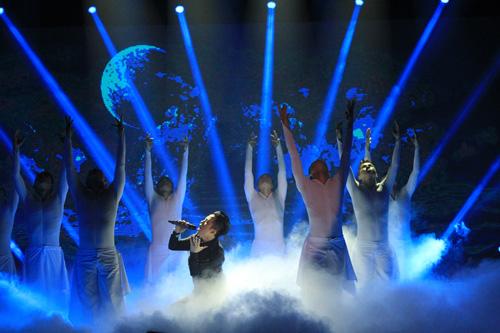Ca sĩ Tùng Dương tiếp nối chương trình với màn hóa thân vô cùng đặc sắc