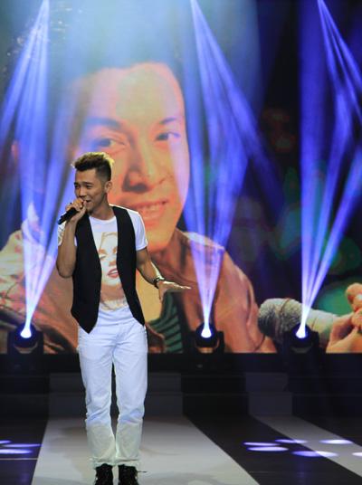 Ca sĩ trẻ Mai Quốc Việt với khả năng bắt chước được nhiều giọng các ca sĩ tiếp nối chương trình