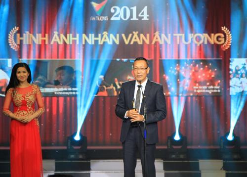 Và Giải thưởng đã thuộc về Hình ảnh đám cưới anh chị Vượng- Loan trong chương trình Điều ước thứ 7 của Ban TTGT&TTKT. Nhà báo Lại Văn Sâm đã lên nhận Giải thưởng này.