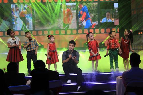 Ca sĩ Quang Thắng và nhóm Đồ Rê Mí 2014 hòa giọng hát trong ca khúc Sống như những đóa hoa
