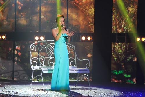 Quán quân Vietnam Idol 2010, ca sĩ Uyên Linh thể hiện ca khúc da diết trên sân khấu