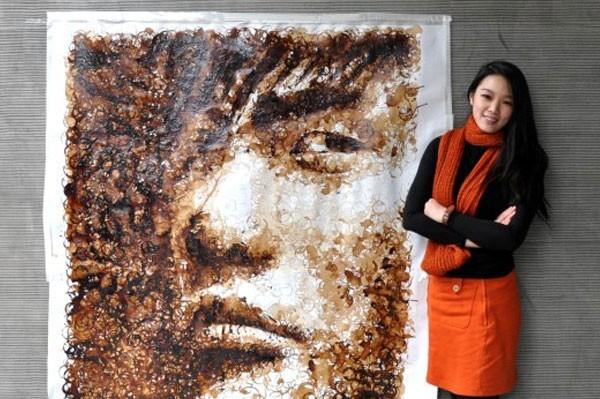 Chỉ với một tấm vải bạt và cafe, chân dung nhạc sĩ Châu Kiệt Luân được Hong Yi khắc họa khá chân thực.