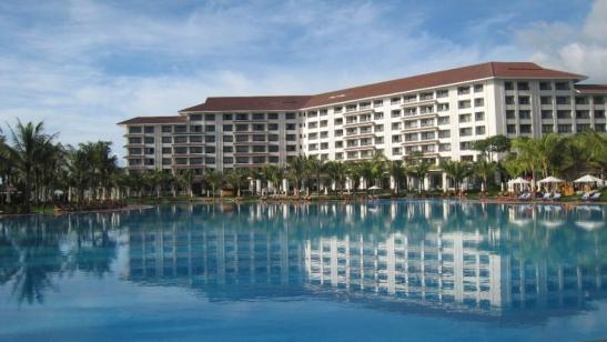 Lưng tựa vào khách sạn được thiết kế độc đáo hình vòng cung, tầm nhìn hướng ra biển, hồ bơi rộng hơn 5.000m2 tại Vinpearl Phú Quốc được lựa chọn là nơi tổ chức cuộc thi.