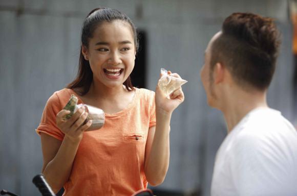 Sau thành công của Xin lỗi anh chỉ là thằng bán bánh giò, Nhã Phương đã được giao vai Thêu trong bộ phim đình đám của đạo diễn Vũ Ngọc Đãng