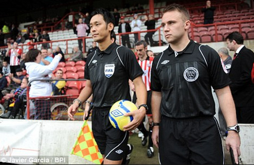 Ông Toma Masaaki trở thành trọng tài nước ngoài đầu tiên được LĐBĐ Anh mời bắt chính 1 trận đấu ở FA