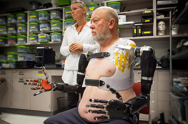 Ông Leslie Baugh - Người thử nghiệm nghiên cứu của Phòng Vật lý ứng dụng thuộc Đại học John Hopkins
