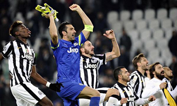 Đội trưởng Buffon ăn mừng thành tích lọt vào vòng knock-out