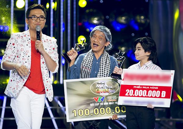 Bà nội Minh Thuận nhí nhảnh khi nhận giải