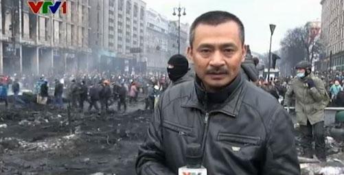 PV Duy Nghĩa tác nghiệp tại vùng chiến sự Kiev, Ukraine (Ảnh: VTV News)