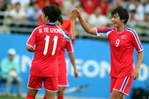 Các cô gái CHDCND Triều Tiên đã có chiến thắng kịch tính trước ĐT nữ Hàn Quốc trong những giây thi đấu cuối cùng.