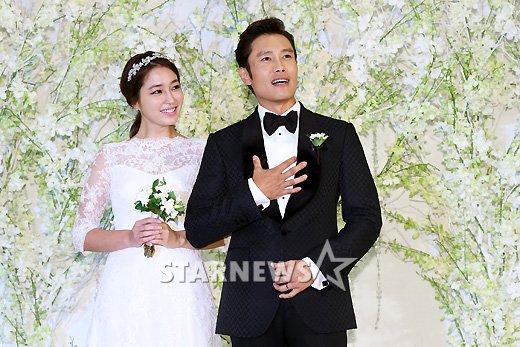 Cặp đôi hạnh phúc trong đám cưới.
