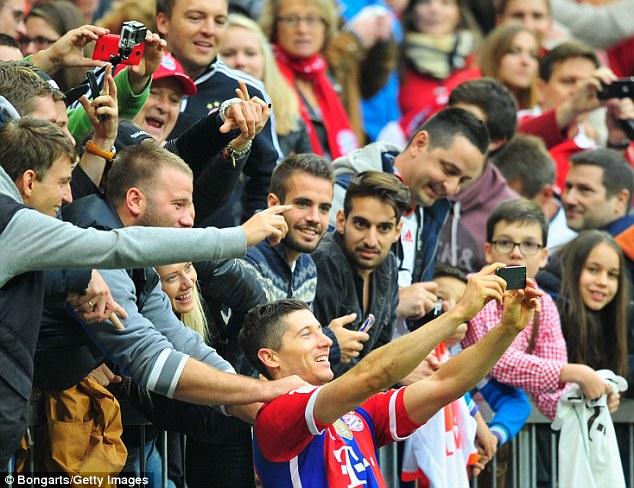 Lewandowski chụp ảnh selfie với fan.