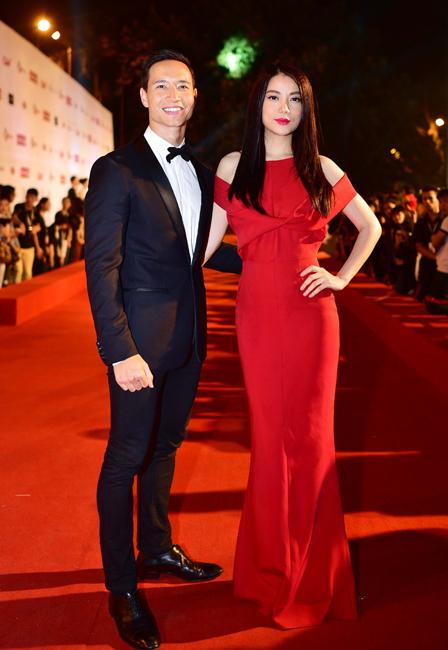 Kim Lý và Trương Ngọc Ánh tạo dáng trên thảm đỏ.