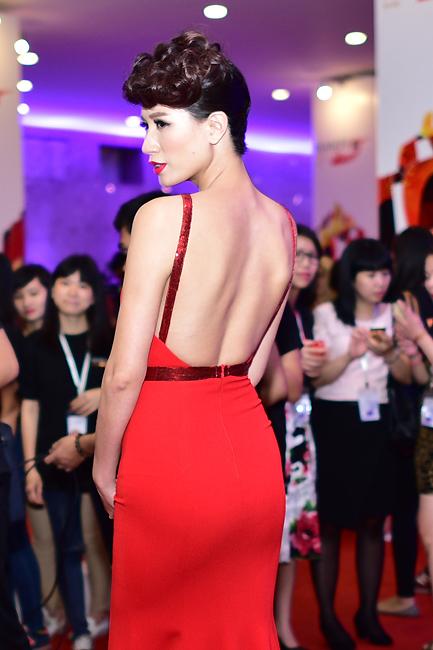 Người mẫu Trang Trần khoe lưng trần gợi cảm.
