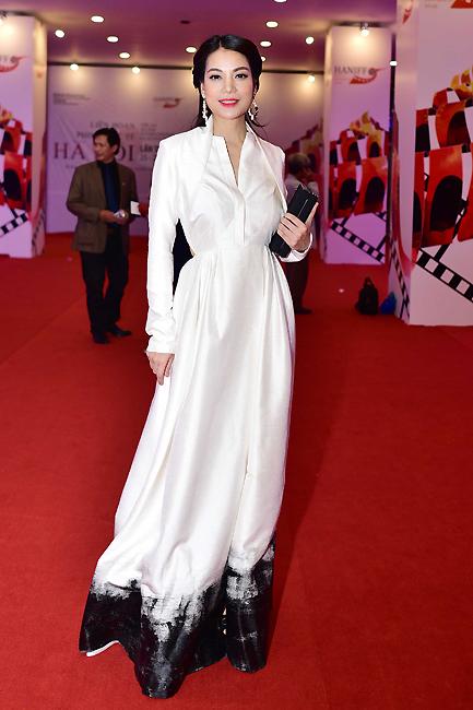 Trương Ngọc Ánh trong trang phục màu trắng đơn giản. Trong những ngày tham gia LHP Quốc tế Hà Nội 2014, cô là diễn viên được báo giới săn đón nhiều nhất. Trương Ngọc Ánh đang gây chú ý với vai nữ chính trong phim Hương Ga.