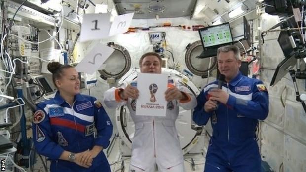 Logo World Cup 2018 được công bố bởi 3 nhà du hành gia đang làm việc tại không gian quốc tế