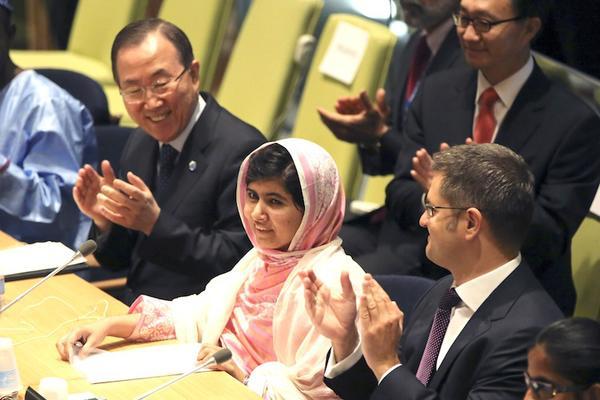 Malala bên cạnh Tổng thư ký LHQ Ban Ki-moon (bên trái) (Ảnh: AFP)