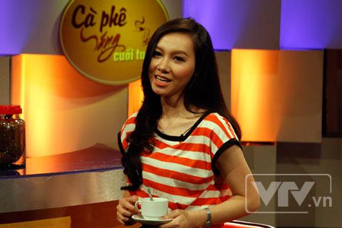 BTV Minh Hà trong một buổi ghi hình Café sáng cuối tuần