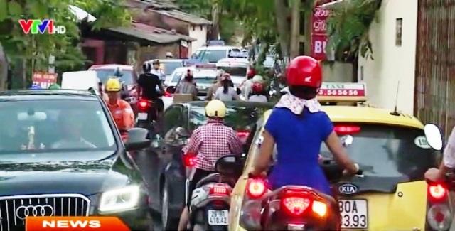 Tình trạng tắc đường luôn tái diễn quanh khu vực dự án Cầu vượt Mỗ Lao.