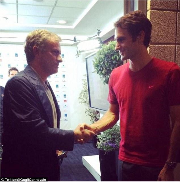 HLV Mournho chúc mừng chiến thắng của Federer
