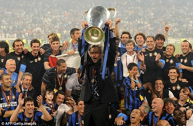 Mourinho và các học trò nâng cao chức vô địch Champions League năm 2010 sau khi hạ binh đoàn của Van Gaal.
