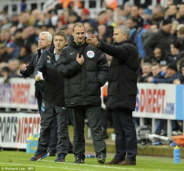 HLV Mourinho phàn nàn với trọng tài bàn Robert Madley về các nhân viên nhặt bóng trên sân.
