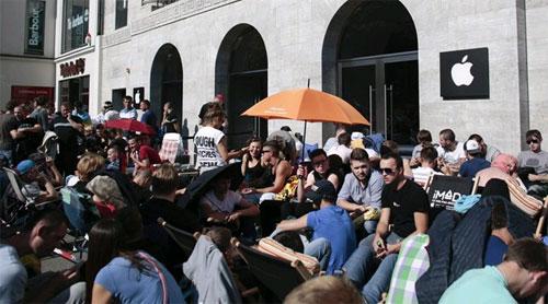 Hàng trăm người có mặt tại trung tâm của thủ đô Berlin để chờ đón iPhone 6.