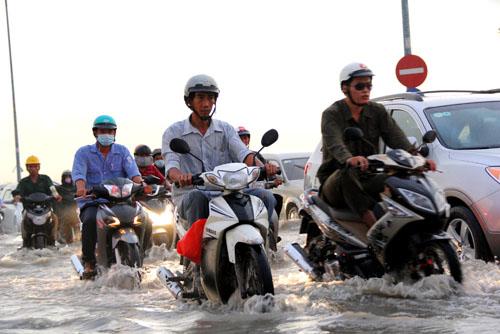 Khoảng17h ngày9/10, nước đã dâng lên gây ngập tại đường Lương Định Của. (Ảnh: Thanh Niên)