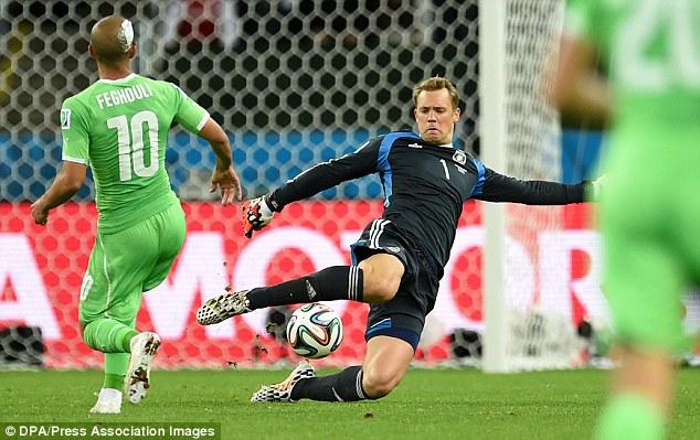 Neuer có những pha ra vào và chơi bóng bằng chân rất chuẩn xác.