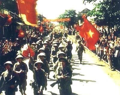 Hà Nội rợp sắc cờ hoa trong ngày giải phóng Thủ đô của 60 năm trước