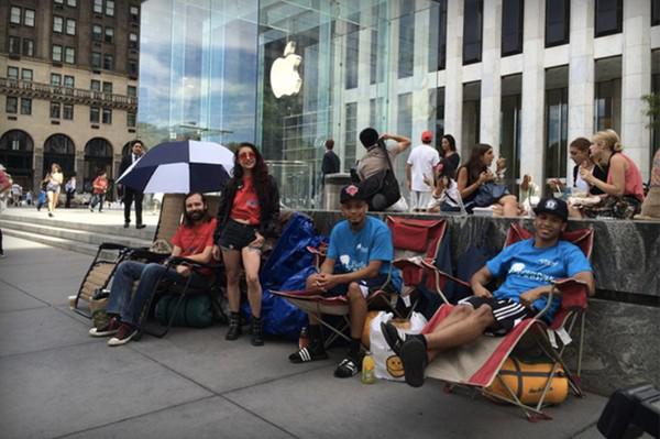 Nhiều người dùng đã xếp hàng chờ trước cửa hàng của Apple tại New York