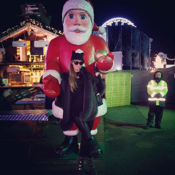 Paris Hilton trông khá ngầu với trang phục đen tuyền, mũ tai mèo khi đi chơi Giáng sinh. Cô chụp ảnh bên tượng ông già Noel trong công viên. Vốn được mệnh danh là cô nàng tiệc tùng, Paris còn tham gia những bữa vui chơi bên bạn bè.