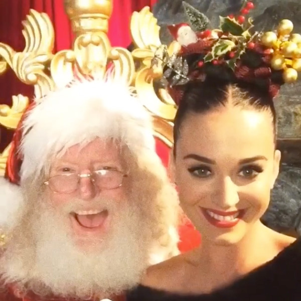 """Katy Perry đi chơi với mái tóc tết cầu toàn, mang những hình ảnh đặc trưng của Giáng sinh. Nữ ca sỹ """"Roar"""" chụp ảnh nghịch ngợm và tươi tắn bên ông già Noel."""