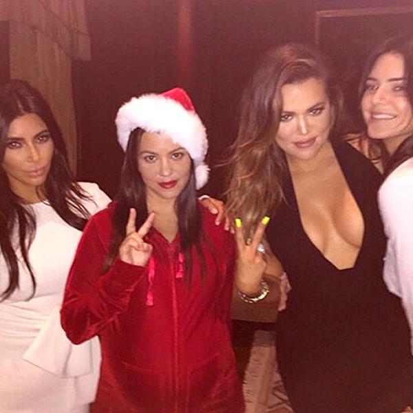 Chị em gái nhà Kardishian tham gia tiệc tùng với những bộ cánh mang sắc màu Giáng sinh. Trong những dịp lễ, những cô nàng Kardishian thường tổ chức tiệc bên gia đình, bạn bè.